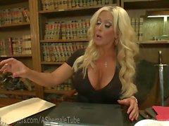 Büyük bir tittied Blonde The Boss TS hakim olduğu