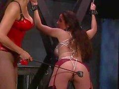 Une séance de BDSM chaud provenant d'un maîtresse lesbienne se et le sa slavegirl impuissant