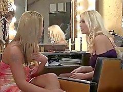 Gran transexual mirando con joven