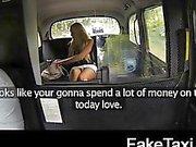 Blonde toerist met grote tieten betaalt haar weg
