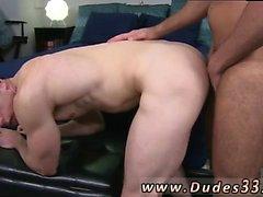 chico caliente teniendo sexo gay con estilo perrito médico, de lado a lado