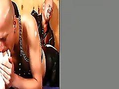 Hombre calvo cadena de eslingas está aspirando los dedos del pie sus congéneres