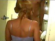 Sexy Strawberry Blonde Amateur Frau mit jungen Fit Hung schwarzen Kerl Pt 1