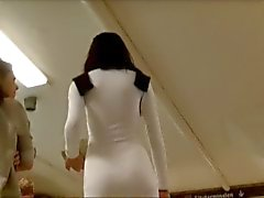 Dunkelhaarigen Schönheit der engen weißen Kleid und im heiße Fläche