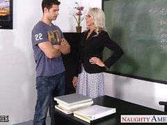 Секс учителя Emma Старра принимать кран в классе
