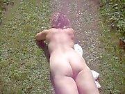 nue dans les bois , offerte , et humide