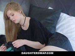 DaughterSwap Goth Cutie follada por los chicos mayores