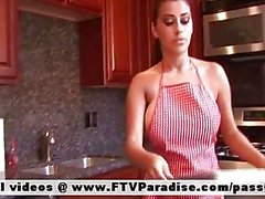 Di Alexa Loren adora naked brunette nella cucina
