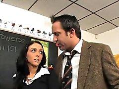 Stephanie Cane verwendet ihre Pussy, um eine A in der Klasse zu erhalten