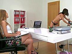 Female Agent - Mädchen masturbieren & Pussy lecken