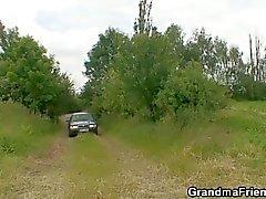 Puta velha dupla é fodido ao ar livre