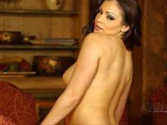Красивая брюнетка perfroms сексуальный стриптиз и открывает большой естественные груди