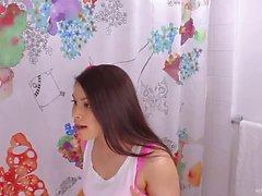 Brunette asiatische Stiefschwester gebohrt im Badezimmer hart und schnell