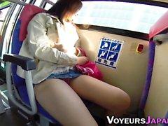 Asiatica dita sul bus