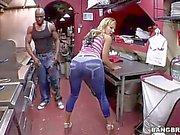 Nikki hat enorme Tits Sexx zu bestückte schwarze Mann
