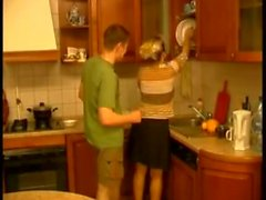 Guy scopa donna matura russa 45 anni in cucina