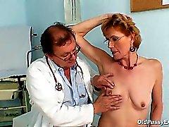 Classy gammal tant Mila behöver gyno klinik granskningen