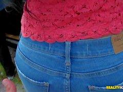 Hot Latina Pamela Foxx entblößt ihren Titten und zieht ihre Jeans