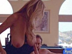 Los boobs gigantescas MILF de Kelly el Madison chupa fuera y de coño golpeó