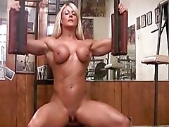 Musculeuse pelade com clito la Grande