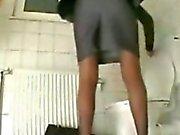 Meiner Schwester Amandas Cumming auf dem Toilettensitz