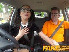 Gefälschte Driving School - Sexy Spanisch Learner saugt großen Schwanz für den Unterricht