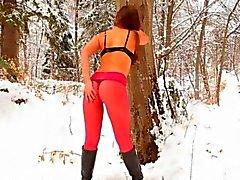 Kışın ormanda kırmızı naylon külotlu çorap