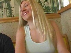 Alison Angel blinkendes im Restaurant