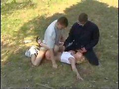 Red von beiden mans in the forest vergewaltigte