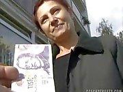 CHECA RUAS - Mulheres maduras ALENA suga Dick para o dinheiro