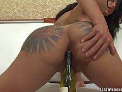 Penélope Jolie toca con de botellas