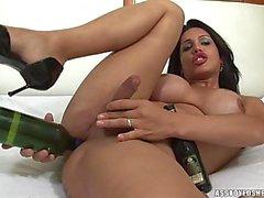 Пенелопы Джоли играет с бутылями