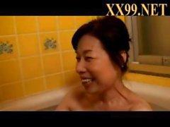 Älterer asiatische Frau lutscht seinem Schwanz von der WC sieht dann der Matte für einen Fick