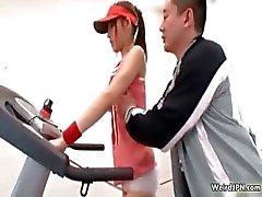 Japanse fitness instructeur betasten