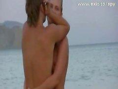 spiare nudisti happy sulla spiaggia mentre nudo