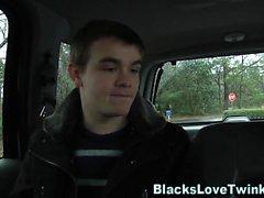 Jizzy Twink reitet schwarz