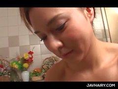 Schöner Babe in von JAP haarige Fotze gibt Blowjob im Jacuzzi