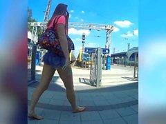девушка короткие джинсы дразнила в общественных