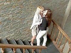 Грязное Говоря Lesbian Teen Seduces горячая женщина - Cireman