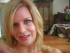 Готти блондин проститутка во нейлонами резво отображает своих Yummies