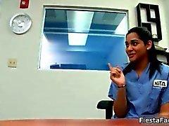 Сексуальный подросток медсестра полосы во время ее литье