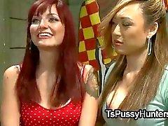 Asiatiska tranny fucks bundna redhead baben