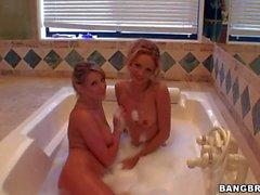 Carli Banks und Prinzzess Sahara im Bad zu spielen