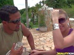 claro trigueno prostituta con gafas de sol suck la polla de la piscina