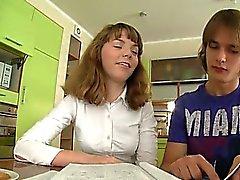 Adolescenti che scopano le sulla tabella di cucina