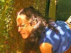 Franska mogna hårig hemmafru utomhus