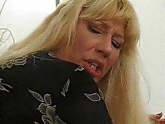 Blond mogen kvinna benas