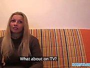 HornyAgent HD sveglio del lunga dai capelli biondi cazzo di sul suo divano di