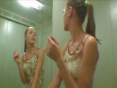 Ivana Teenager anzusaugen Hahn am öffentliche Toilette