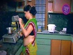 Indier Housewife Frestat för pojke gränsa farbrors Matplats i köket ( låg)